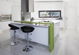 repas cuisine cuisines lot cuisine moderne chaises bar noires coin repas intégré