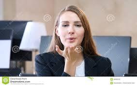 baise au bureau baiser volant par la femme dans le bureau photo stock image du