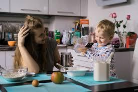 Cuisine Garcon - garçon enfant avec maman cuisine dans la tourte de cuisine