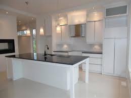 cuisine verre comptoir de cuisine en bois brun clair moderne dosseret granit