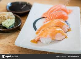 cuisine japonaise santé gros saumon dessus brûlés avec de la mayonnaise dans la plaque