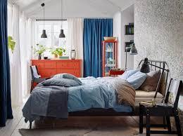 Schlafzimmer Braun Hellblau Ein Mittelgroßes Schlafzimmer U A Mit Kopardal Bettgestell In