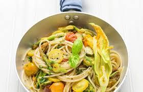 primo piatto con fiori di zucca spaghetti colorati con fiori di zucca zucchine e pomodorini probios