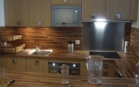 cuisine avec plan de travail en bois cuisine avec des façades et un plan de travail d aspect bois