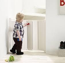 treppen kindersicherung die besten 25 child gates for stairs ideen auf baby