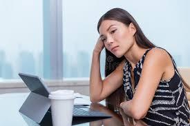 femme nue au bureau femme fatiguée triste ennuyée travaillant au travail ennuyeux de