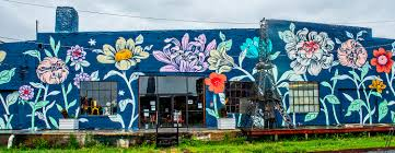 say hello to atlanta s latest batch of eye popping street murals the detroit based artist ouizi gave a floral new look to the beltline facing backside of paris on ponce 716 ponce de leon place steps from the eastside