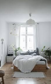 chambre toute on ose une chambre toute blanche réchauffée d une touche de bois
