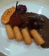cuisiner du marcassin civet de marcassin airelles et oignons confits patate douce