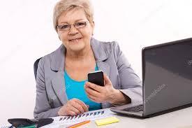 affaire bureau femme d affaires âgées avec gsm et travaillant à bureau en