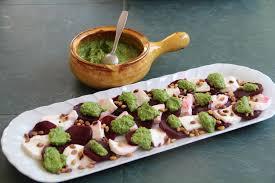 cuisiner les feuilles de betteraves rouges carpaccio de betterave et mozzarella sauce pesto de fanes de radis