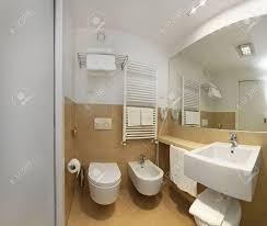 interieur salle de bain moderne intérieur de salle de bains moderne avec un grand miroir et lampes