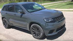 trackhawk jeep new video shows youtuber driving 707 horsepower jeep grand