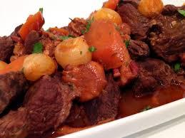 cuisiner un boeuf bourguignon boeuf bourguignon aux girolles la recette facile par toqués 2 cuisine