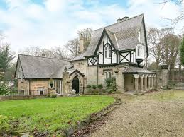 Tudor Style Cottage The Lodge Ref Ukc1091 In Castle Donington Leicestershire
