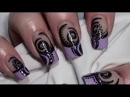 nagellack designs abstraktes nageldesign in lila zum selber machen mit nagellack