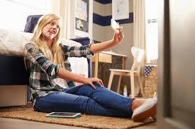 dans sa chambre fille prenant le selfie dans sa chambre à coucher image stock