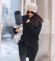 meghan markle toronto meghan markle gets royal taxi as she wraps up warm in the toronto