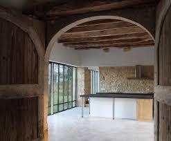 porte de la cuisine la cuisine au centre de la grange sol béton ciré mur