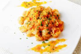fond blanc cuisine plat prêt de pâtes garni de citrouille tomate huile et persil