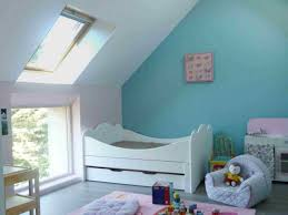 peinture chambre sous pente aménager un grenier en chambre des combles deviennent de joyeuses
