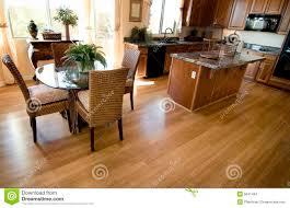 plancher cuisine bois intérieur à la maison de cuisine avec le plancher de bois dur photo