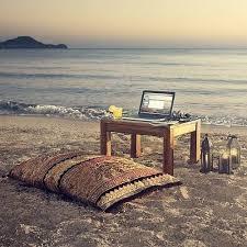 je ne suis pas au bureau l image cocooning du vendredi soir le bureau sur la plage je