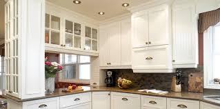 briques cuisine armoires de cuisine crème comptoir lisse gris clair backsplash