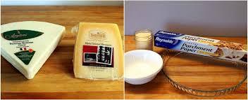 papier parchemin cuisine commence par râper du fromage parmesan dans une assiette