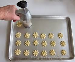 creative ways to decorate spritz christmas cookies hungry happenings