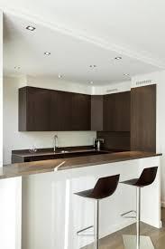 cuisine ouverte sur le salon dé des spots au plafond faux