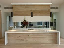 küche mit insel drei weiße len in einer großen küche mit kochinsel küchen