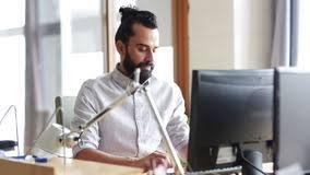 le sexe au bureau employé de bureau de sexe masculin créatif heureux avec l ordinateur