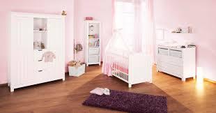 chambres bebe bébé avec commode large et grande armoire