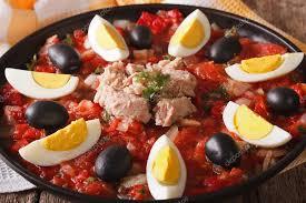 cuisine arabe cuisine arabe salade de thon aux légumes et œufs gros plan ho