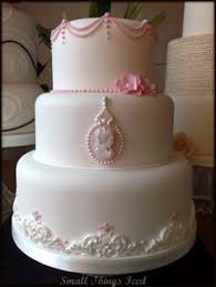 using vintage brooches to decorate a wedding cake oh how elegant