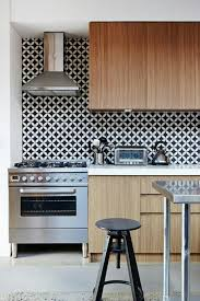 Black And White Contemporary Kitchen - 15 modern kitchen designs with geometric wallpapers rilane