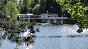 chambre d hote le pont egletons le bâtiment principal au bord du lac photo de vacances le