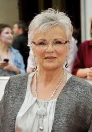 coupe pour cheveux gris coupe de cheveux courts pour femme avec lunettes modèle coiffure