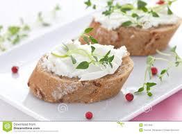 canap au fromage canape avec du fromage de chèvre image stock image du herbes