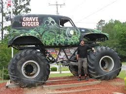 monster truck in mud videos photes of the grave diger monstes truck monster truck grave