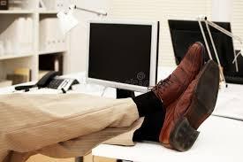 sur le bureau pieds sur le bureau image stock image du confortable 13734527