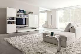 weisse wohnzimmer weißes wohnzimmer hochglanz wohnwand schaggy teppich