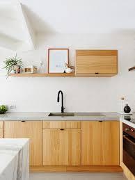 cuisine couleur miel une cuisine en bois couleur miel avec une étagère suspendue des