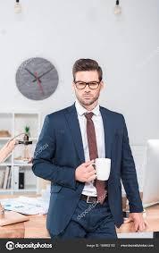 bureau homme d affaire homme d affaires boire du café au bureau photographie