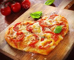 amour de cuisine pizza coeur en forme de pizza végétarienne garni de fromage et de tomates
