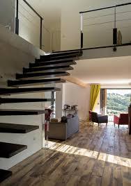 escalier entre cuisine et salon chambre mezzanine ouverte escalier dans entree maison avec