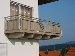 balkone holz balkone am haus sorgen für gemütlichkeit und ruhe auch im freien