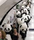 パンダ:108頭の<b>パンダ</b>がロンドンの街中を行進!! 地下鉄を占拠した後に太極
