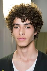 coupe de cheveux homme fris coiffure pour homme bouclée printemps été 2017 ces coupes de